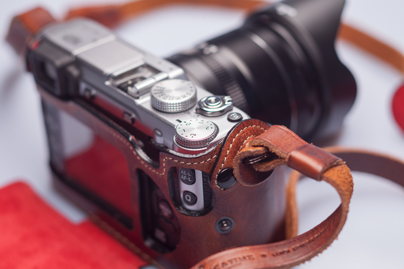 APS-C Kamera im Retro-Look mit Ledertasche