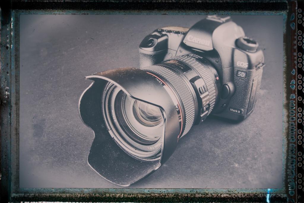 Moderne Kamera im Stil einer alten Großformataufnahme