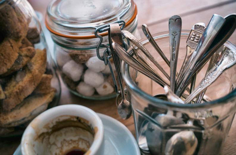 Nahaufnahme von alten Kaffeelöffeln in einem Glas