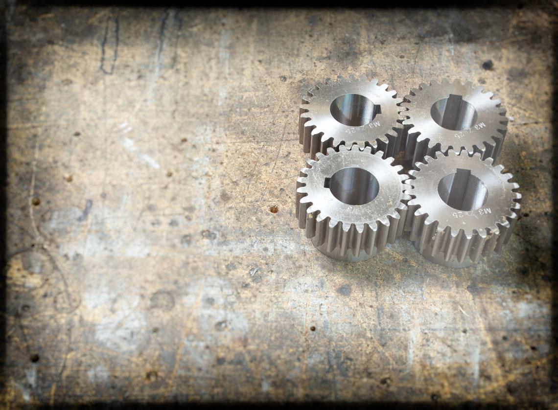 Zahnräder auf einer Werkbank