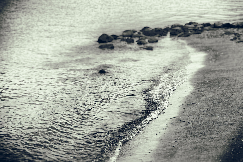 Steine am Strand mit Schärfe-Unschärfe-Effekt