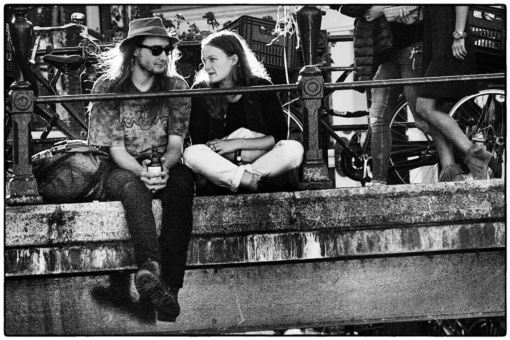 Streetphotography - Paar auf Brücke
