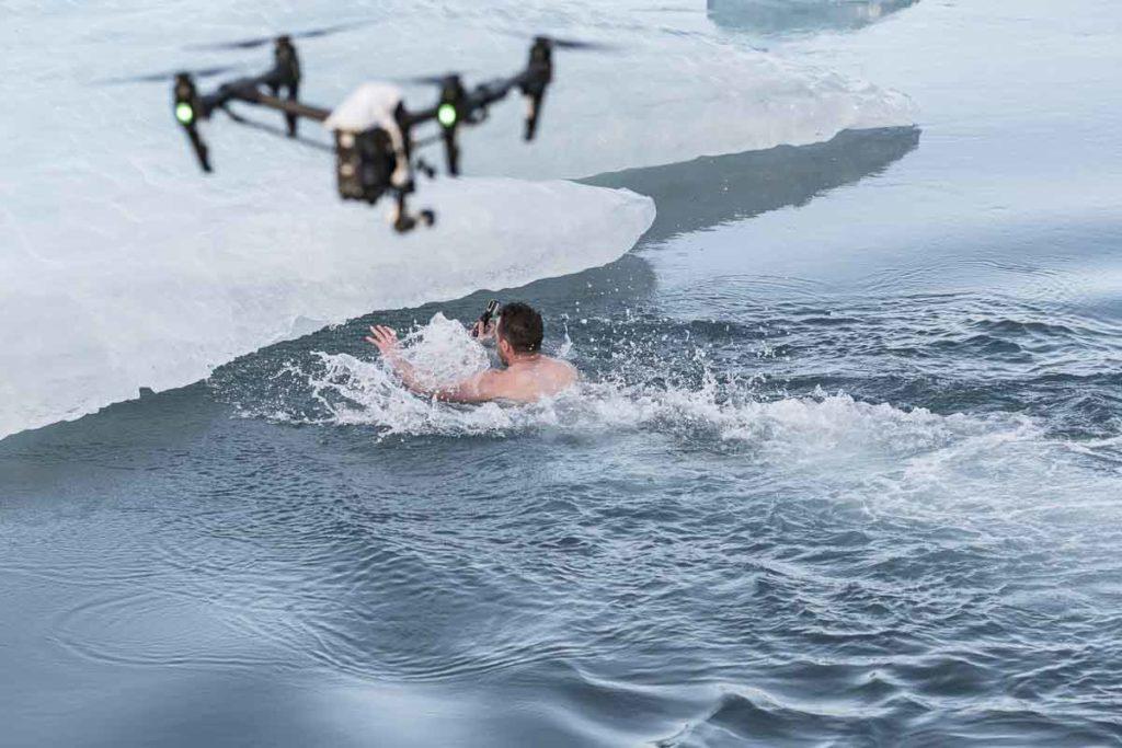 Schwimmer mit Drohne
