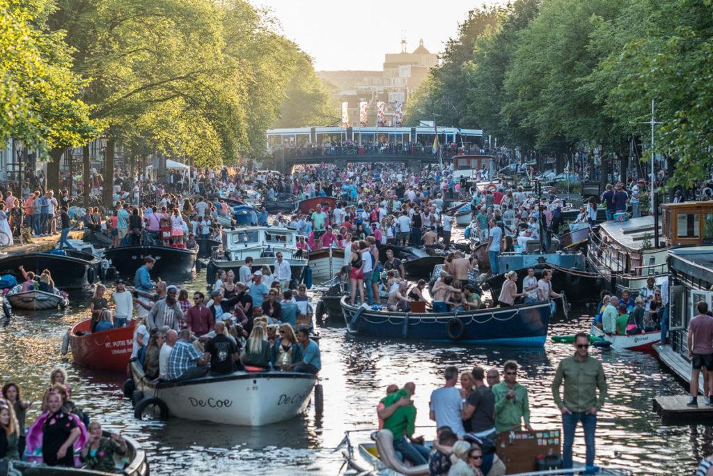 Viele Partyboote keiner schaut nach oben