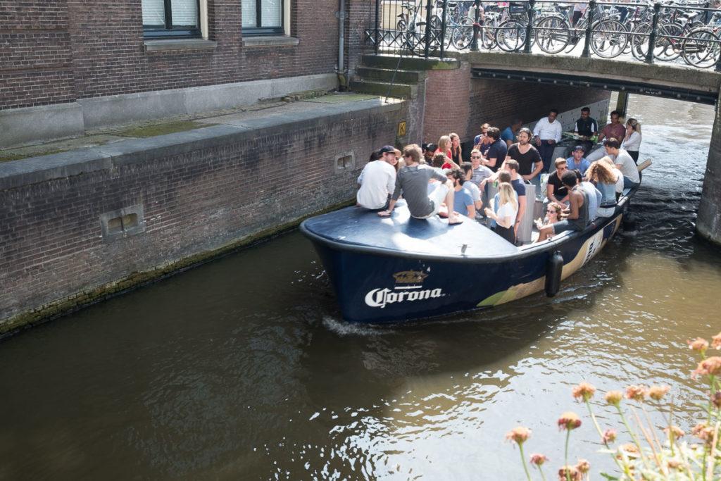 Partyboot keiner schaut nach oben