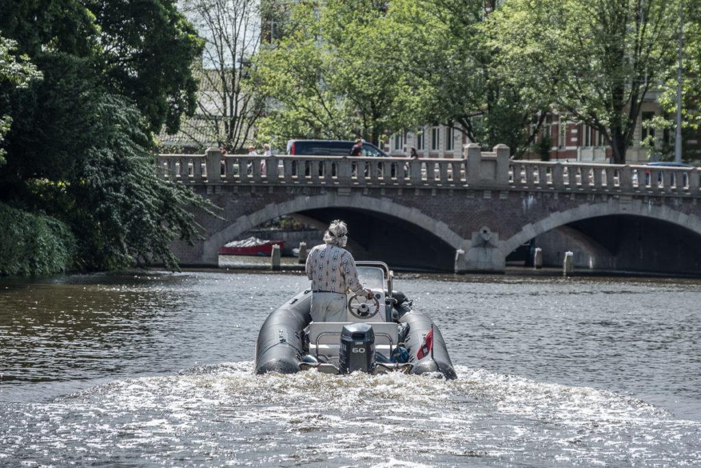 Ein Althippie im Schlauchboot