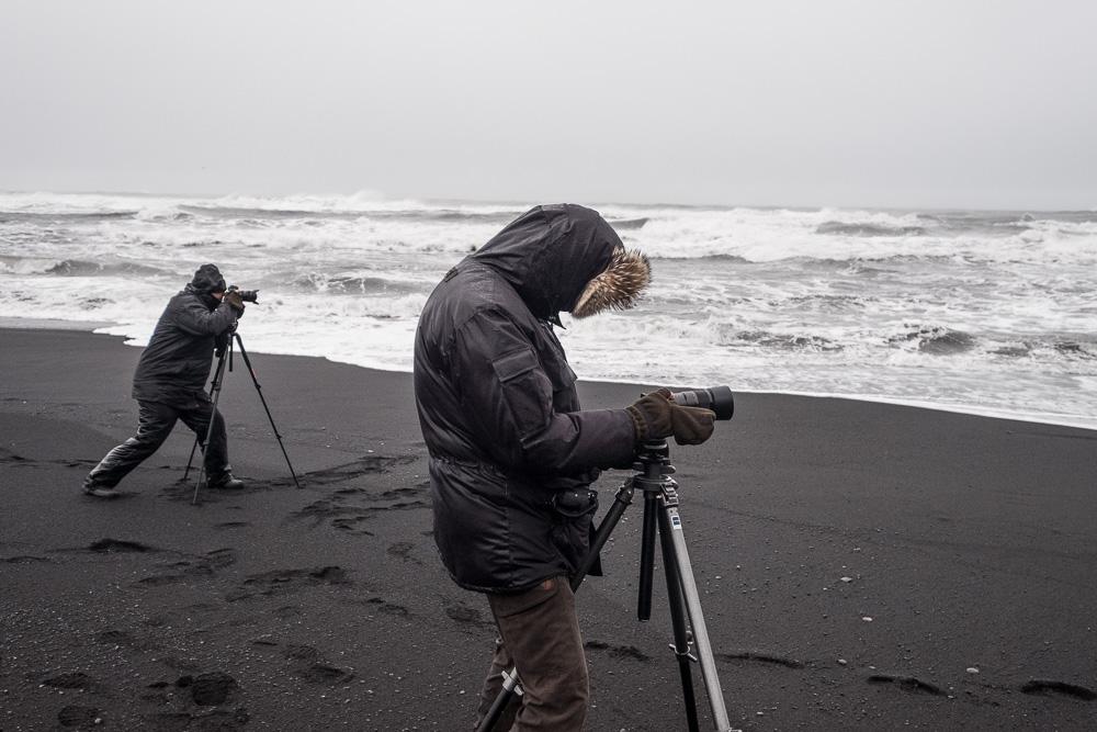 Fotografieren am schwarzen Strand von Vik i Myrdall