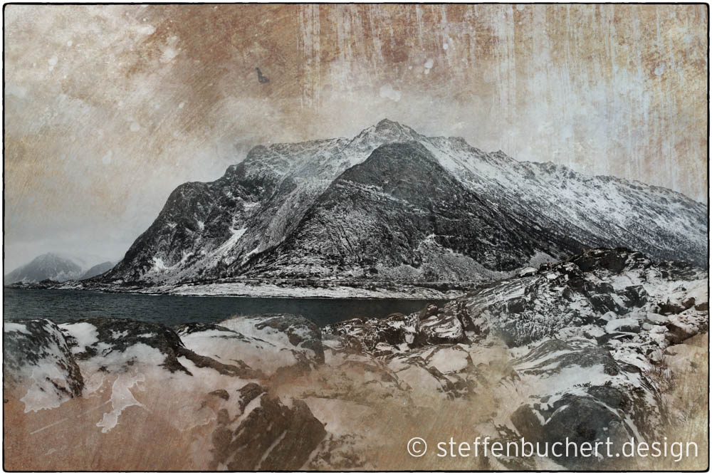 Steinküste auf dem Weg von Rørvik nach Henningsvaer