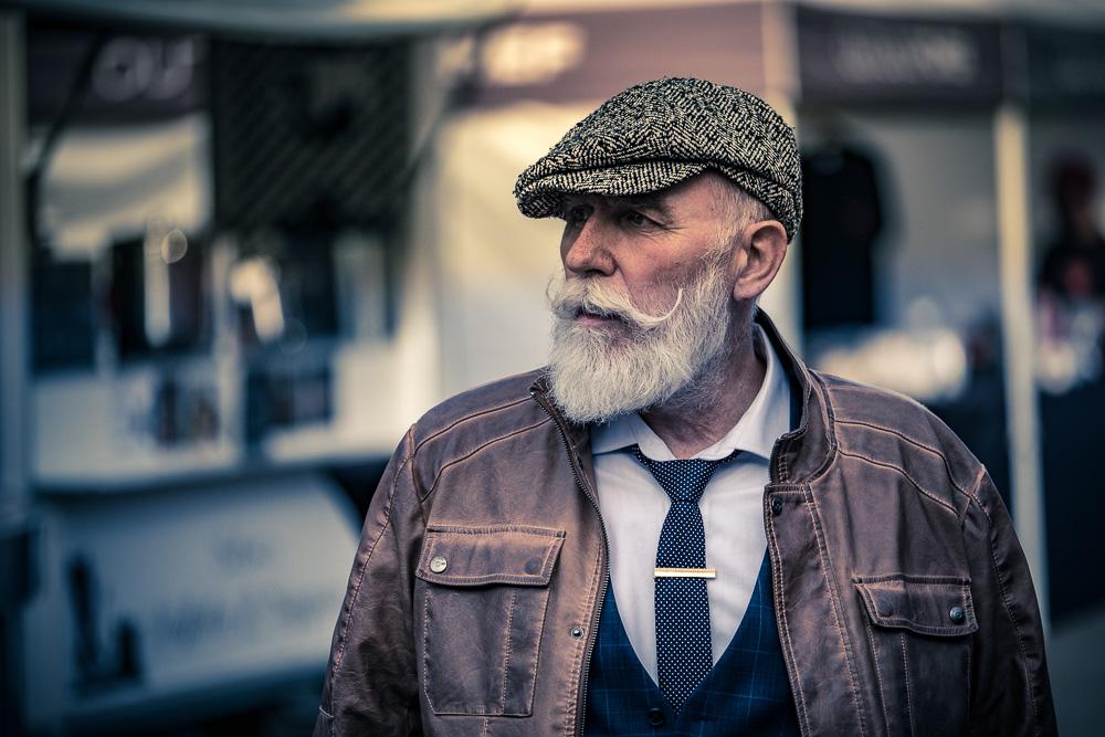 Mann mit weißem Vollbart und Mütze