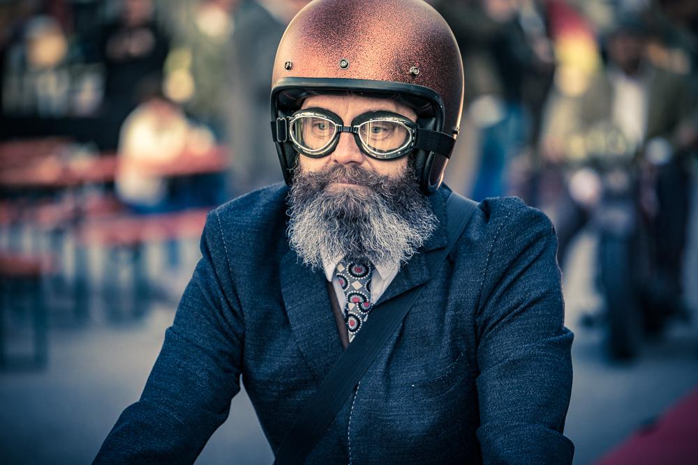 Motorradfahrer mit Helm und Fliegerbrille