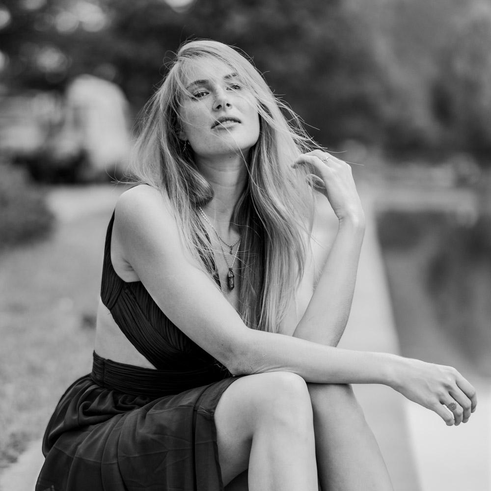 Blonde Frau in schwarzweiß